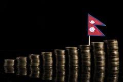 De vlag van Nepal met partij van muntstukken op zwarte stock afbeeldingen