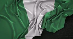 De Vlag van Nigeria op Donkere 3D die Achtergrond wordt gerimpeld geeft terug stock illustratie