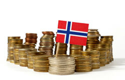 De vlag van Noorwegen met stapel geldmuntstukken Stock Afbeeldingen