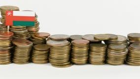 De vlag van Oman met stapel geldmuntstukken stock videobeelden