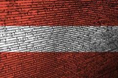 De vlag van Oostenrijk wordt afgeschilderd op het scherm met de programmacode Het concept moderne technologie en plaatsontwikkeli royalty-vrije stock afbeelding