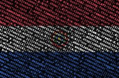 De vlag van Paraguay wordt afgeschilderd op het scherm met de programmacode Het concept moderne technologie en plaatsontwikkeling stock foto