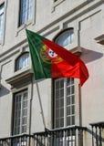 De vlag van Portugal het hangen op het balkon van de historische bouw Stock Foto's