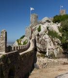 De vlag van Portugal over de toren van legt in de stad van Sintra, Portugal vast stock afbeelding