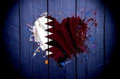 De vlag van Qatar ` s in de vorm van een hart op een donkere achtergrond royalty-vrije stock afbeeldingen