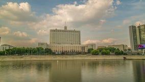De vlag van Rusland en het wapenschild van de Russische Federatie op de bovenkant van het Huis van de Overheid van stock videobeelden