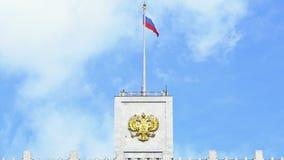 De vlag van Rusland en het wapenschild van Rusland op de bovenkant van het Huis van de Overheid van de Russische Federatie UHD -