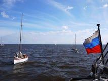 De vlag van Rusland fladdert in de wind De vlag wordt geplaatst op het schip en ontwikkelt zich van de wind stock afbeeldingen