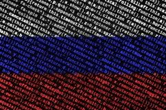 De vlag van Rusland wordt afgeschilderd op het scherm met de programmacode Het concept moderne technologie en plaatsontwikkeling royalty-vrije stock fotografie