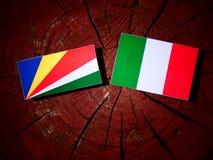 De vlag van Seychellen met Italiaanse vlag op een geïsoleerde boomstomp vector illustratie