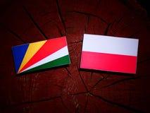 De vlag van Seychellen met Poolse vlag op een geïsoleerde boomstomp stock illustratie