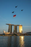 De vlag van Singapore over Marina Bay Stock Fotografie