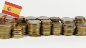 De vlag van Spanje met stapel geldmuntstukken stock footage