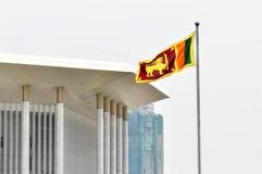 De vlag van Sri Lanka Ceylon tegen de achtergrondconferentiezaal binnen Stock Afbeeldingen