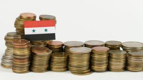 De vlag van Syrië met stapel geldmuntstukken stock videobeelden