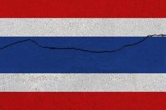 De vlag van Thailand op concrete muur met barst stock afbeelding