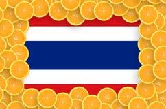 De vlag van Thailand in verse citrusvruchten snijdt kader royalty-vrije stock foto's