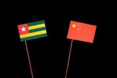 De vlag van Togo met Chinese vlag op zwarte royalty-vrije stock afbeeldingen