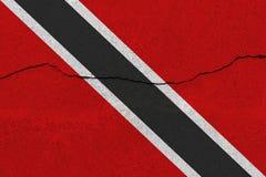 De vlag van Trinidad en van Tobago op concrete muur met barst stock fotografie