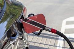 De vlag van Trinidad en Tobago op de vuller van de auto` s brandstof klappen royalty-vrije stock foto's