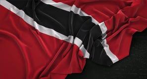 De Vlag van Trinidad en van Tobago op Donkere 3D die Achtergrond wordt gerimpeld geeft terug royalty-vrije illustratie
