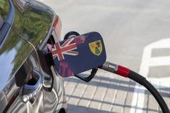 De vlag van Turken en Caicos op de vuller van de auto` s brandstof klappen stock afbeelding