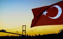 De vlag van Turkije en Bosforo& x27; s brug Stock Fotografie