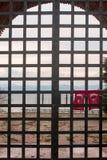 De vlag van Turkije het hangen op gesloten poorten Royalty-vrije Stock Foto's