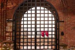 De vlag van Turkije het hangen op gesloten poorten Royalty-vrije Stock Afbeeldingen