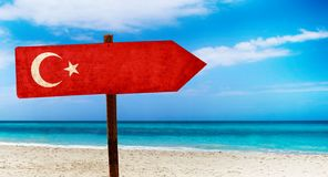 De vlag van Turkije op houten lijstteken op strandachtergrond Het is de zomerteken van Turkije royalty-vrije stock afbeeldingen