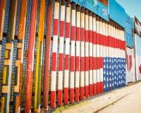 De vlag van de V.S. het schilderen in de grensmuur in Tijuana stock foto