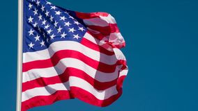 De vlag van de V.S. tegen de Hemel stock footage