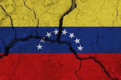 De vlag van Venezuela op de gebarsten aarde stock afbeelding