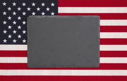 De vlag van de Verenigde Staten van Amerika met een zwart bord stock foto