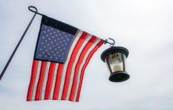 De Vlag van Verenigde Staten en koloniale lantaarn tegen hemel royalty-vrije stock afbeeldingen