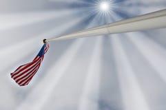 De vlag van Verenigde Staten onder stralen van de zon Royalty-vrije Stock Foto