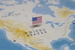 De Vlag van de Verenigde Staten in de wereldkaart stock foto