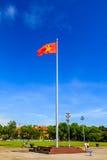 De vlag van Vietnam bij het Mausoleum van Ho Chi Minh in Hanoi Stock Foto's