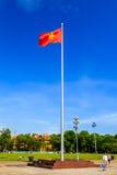 De vlag van Vietnam bij het Mausoleum van Ho Chi Minh in Hanoi Royalty-vrije Stock Foto