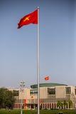 De vlag van Vietnam met het Overheids erachter Hoofdkwartier Royalty-vrije Stock Foto's