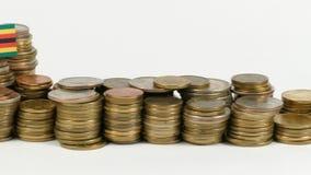De vlag van Zimbabwe met stapel geldmuntstukken stock videobeelden