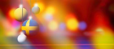 De vlag van Zweden op Kerstmisbal met vage en abstracte achtergrond Stock Afbeelding