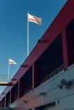 De vlaggen boven de dozen waar er motorfietsen en auto'sraceauto's zijn Stock Afbeeldingen