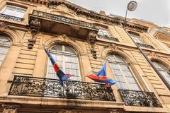 De Vlaggen die van de Kongo boven de Ambassadeingang drijven stock foto's