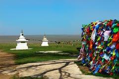 De vlaggen en stupa van het boeddhismegebed in steppe royalty-vrije stock afbeeldingen