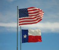 De Vlaggen van Amerikaan en van Texas Stock Foto's
