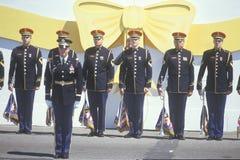 De Vlaggen van de Holding van militairen Stock Afbeeldingen