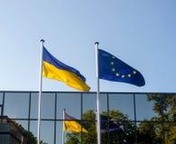 De vlaggen van de Oekraïne en van Europa Stock Afbeeldingen