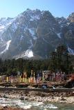 De vlaggen van het gebed langs een rivier, noordoostelijk India Stock Foto's