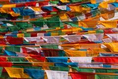 De vlaggen van het gebed in Tibet stock afbeeldingen
